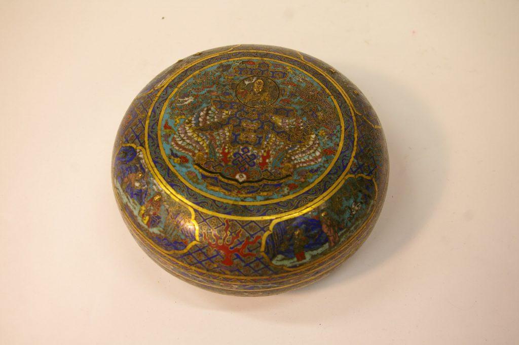 Boîte circulaire couverte en bronze et émaux cloisonnés
