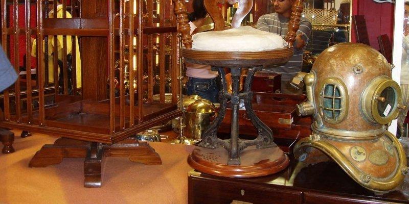 Une vente d'objets de marine aux enchères à l'hôtel des ventes Toledano