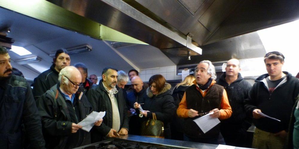 Jean-Daniel Toledano lors de la vente aux enchères dans les cuisines du restaurant Côte du Sud